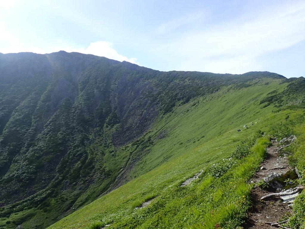 幌尻岳山頂へと続く稜線