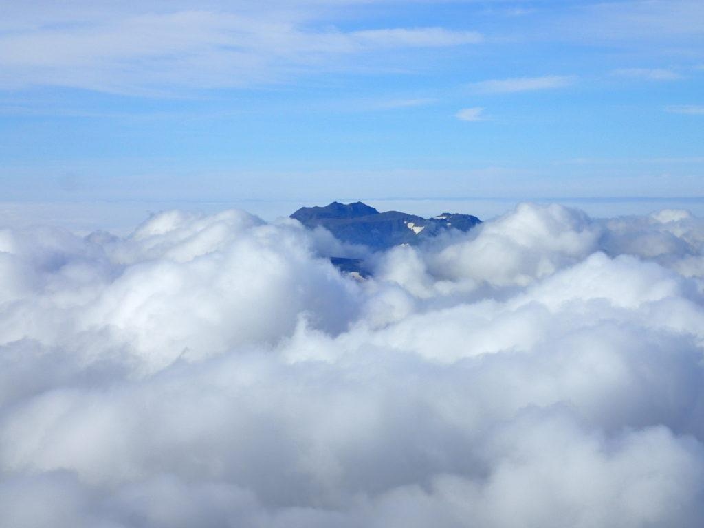 旭岳山頂から見るトムラウシ山