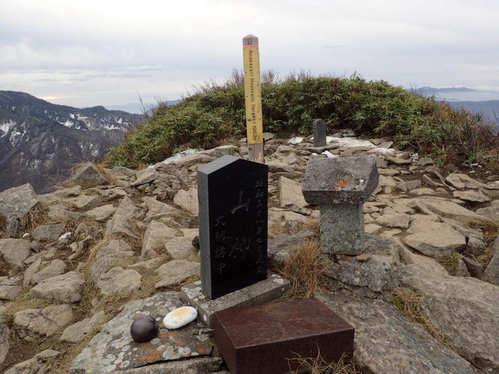 雨飾山山頂の祠と石碑