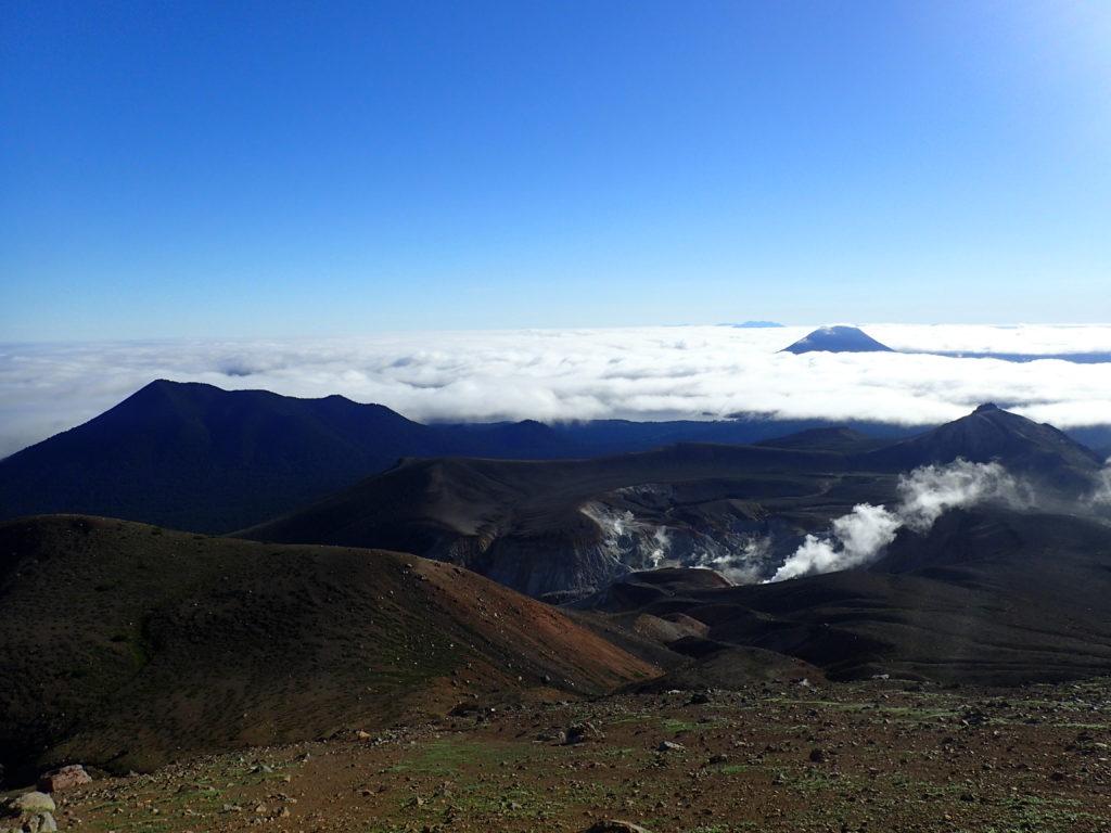 雌阿寒岳山頂から見るフップシ岳と雄阿寒岳