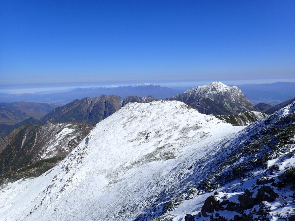 仙丈ヶ岳山頂方向から見る甲斐駒ヶ岳と八ヶ岳