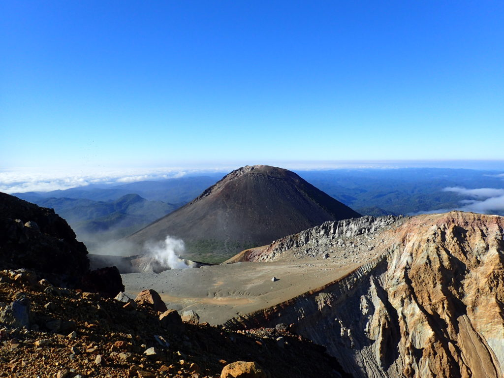雌阿寒岳山頂から見る阿寒富士