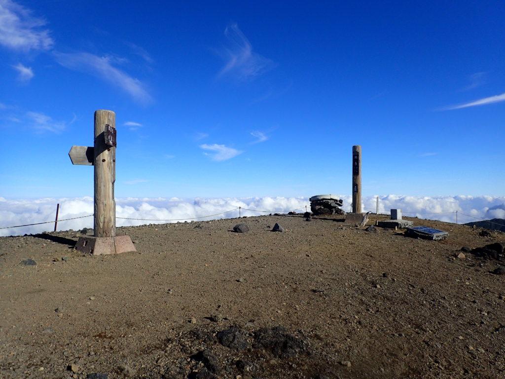 旭岳の山頂標と道標
