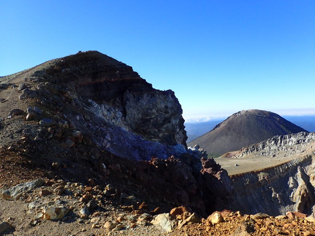 雌阿寒岳山頂と阿寒富士