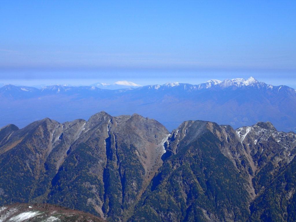 仙丈ヶ岳から見る八ヶ岳と浅間山