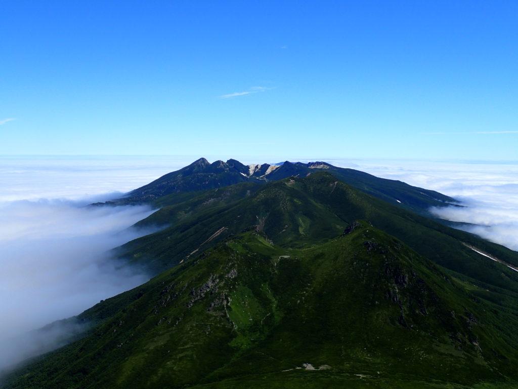 羅臼岳山頂から見る硫黄岳方向