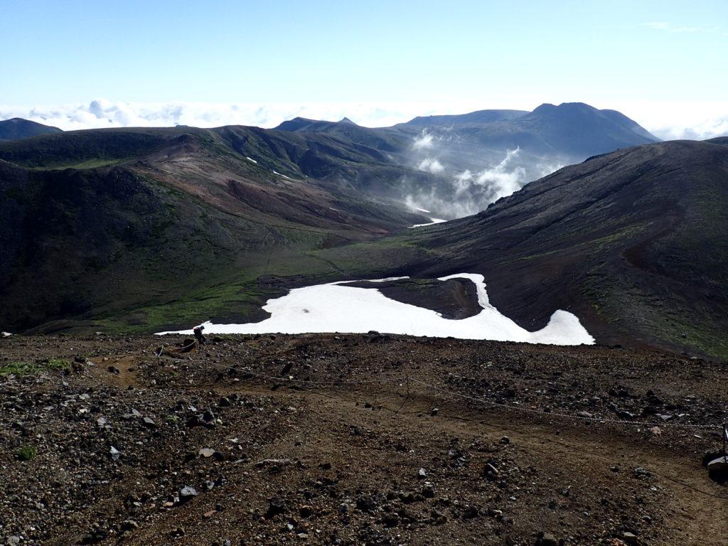 旭岳山頂から見る熊ヶ岳と白雲岳