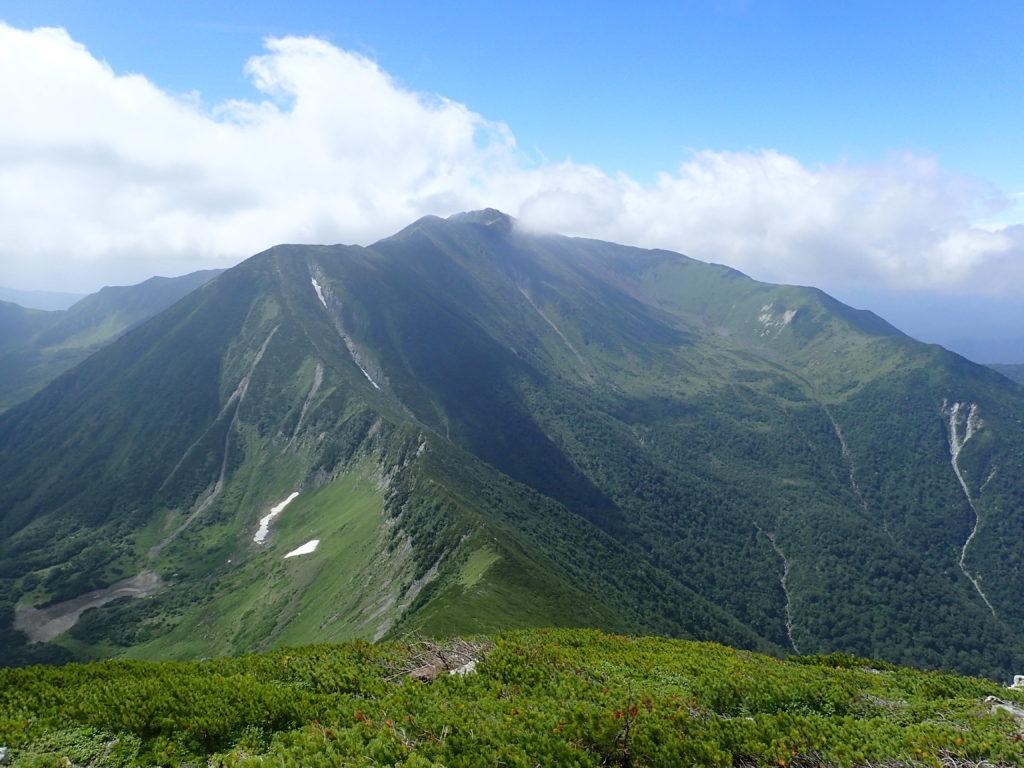 戸蔦別岳山頂付近から見る幌尻岳