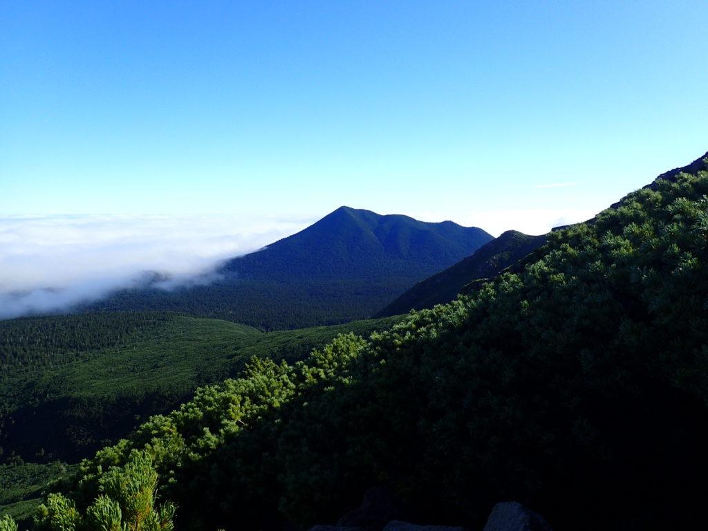 雌阿寒岳から見るフップシ岳