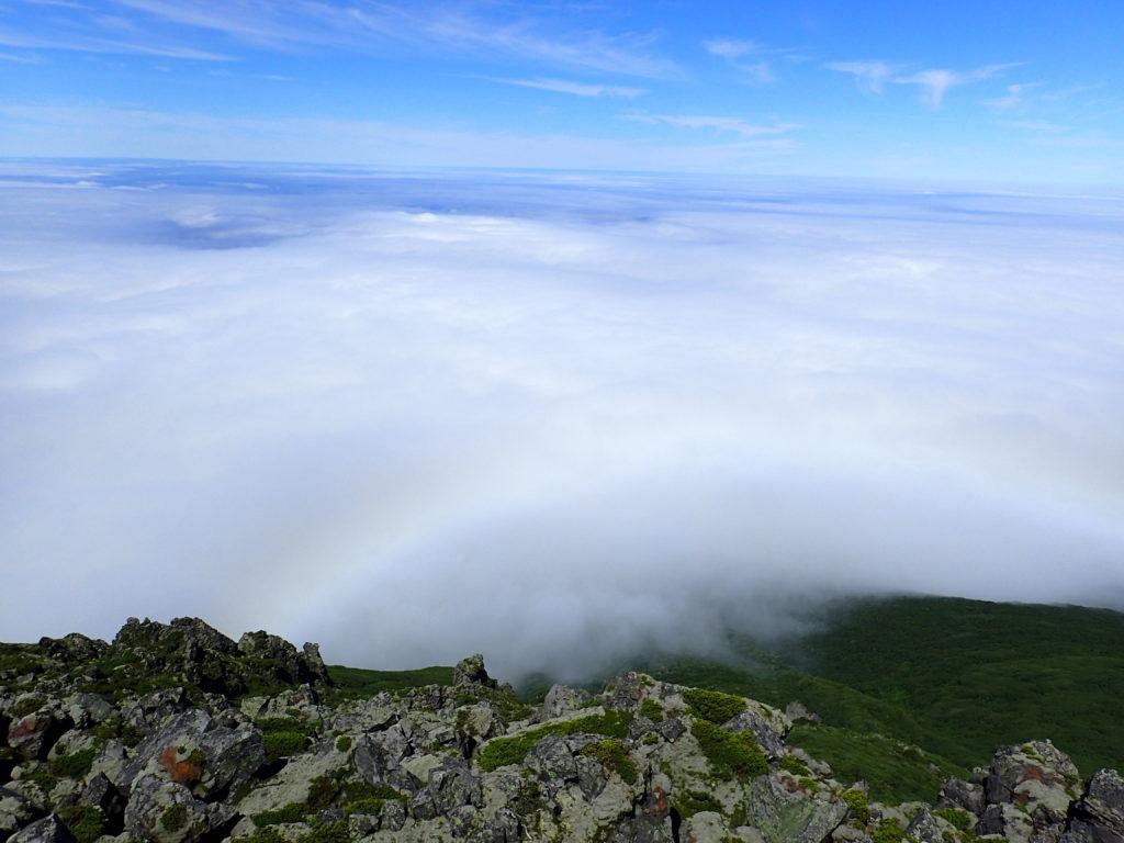 羅臼岳山頂から見る雲海と虹