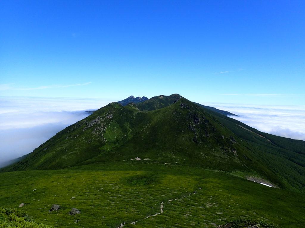 羅臼岳山頂付近から見る硫黄岳方向