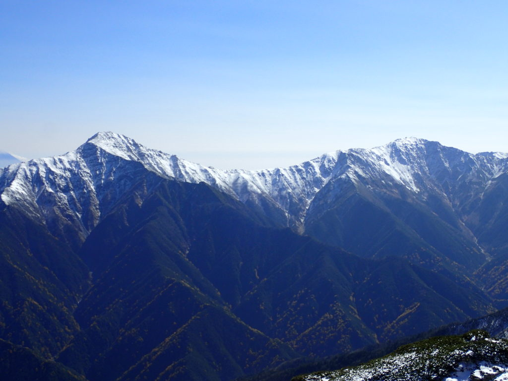 仙丈ヶ岳から見る北岳と間ノ岳