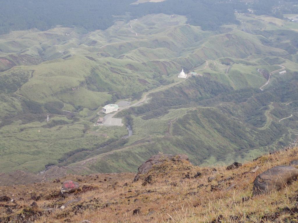 阿蘇山の高岳から見おろす仙酔峡と仏舎利塔