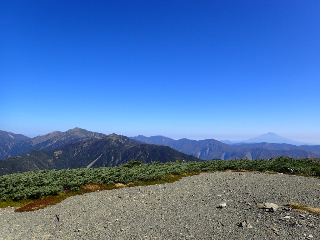 イザルヶ岳から見る富士山と上河内岳