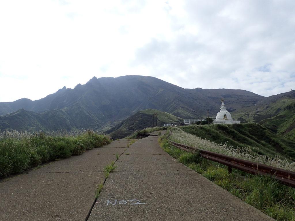 仙酔峡付近から見上げる阿蘇山