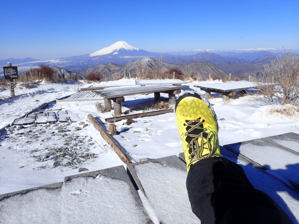 丹沢の蛭ヶ岳で富士山をバックにスポルティバのトレイルランニングシューズであるアキラの記念撮影