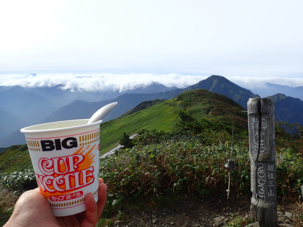 越後駒ヶ岳山頂から中ノ岳方面を眺めながら食べるカップラーメン
