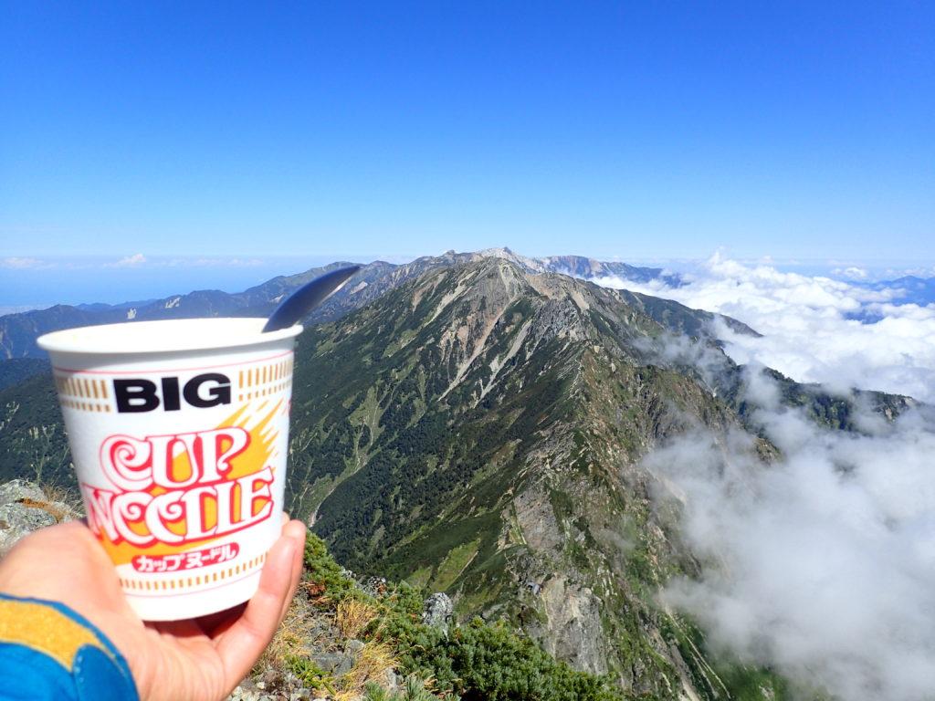 鹿島槍ヶ岳北峰山頂から五竜岳方面を眺めながら食べるカップラーメン