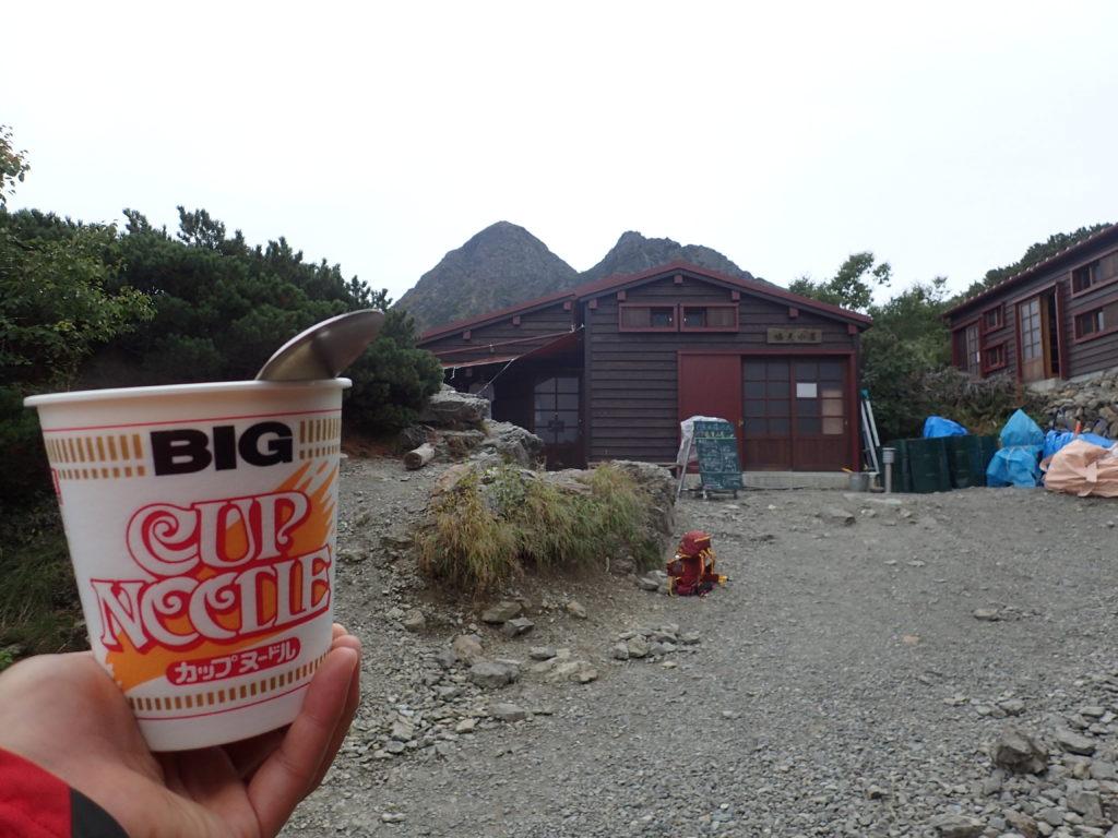 塩見小屋から塩見岳山頂を見上げながら食べるカップラーメン