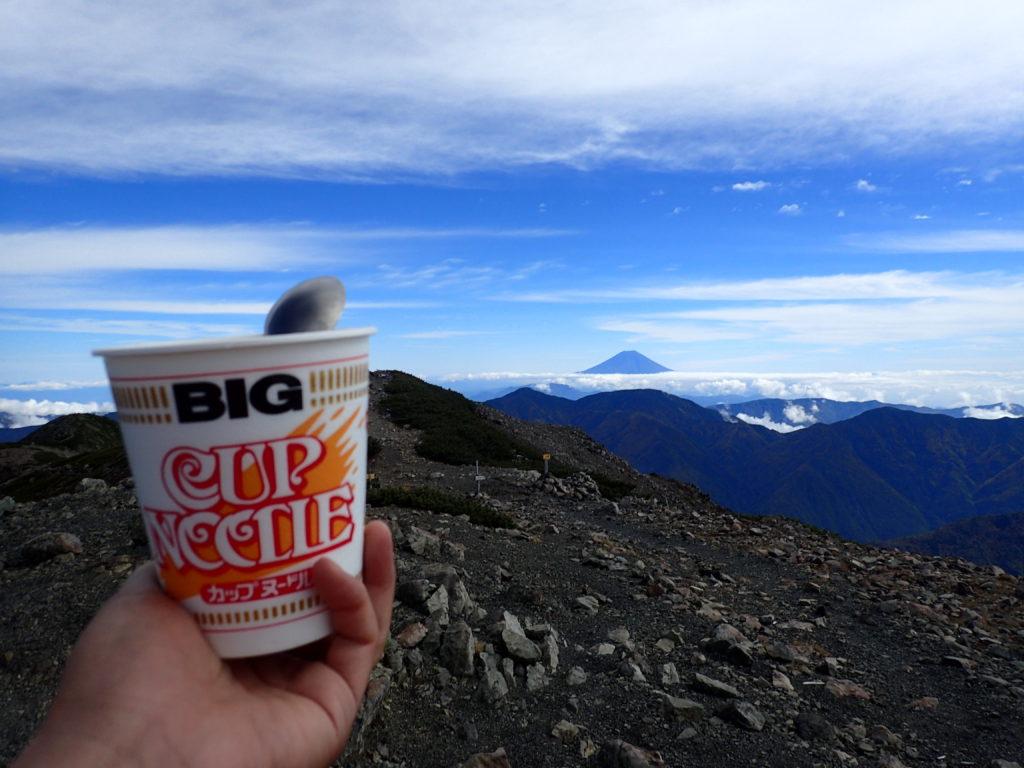 聖岳山頂で富士山を眺めながら食べるカップラーメン
