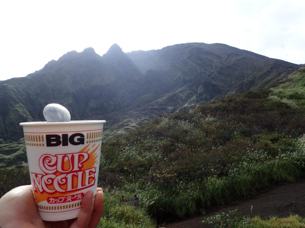 仙酔峡登山口付近で阿蘇山を眺めながら食べるカップラーメン