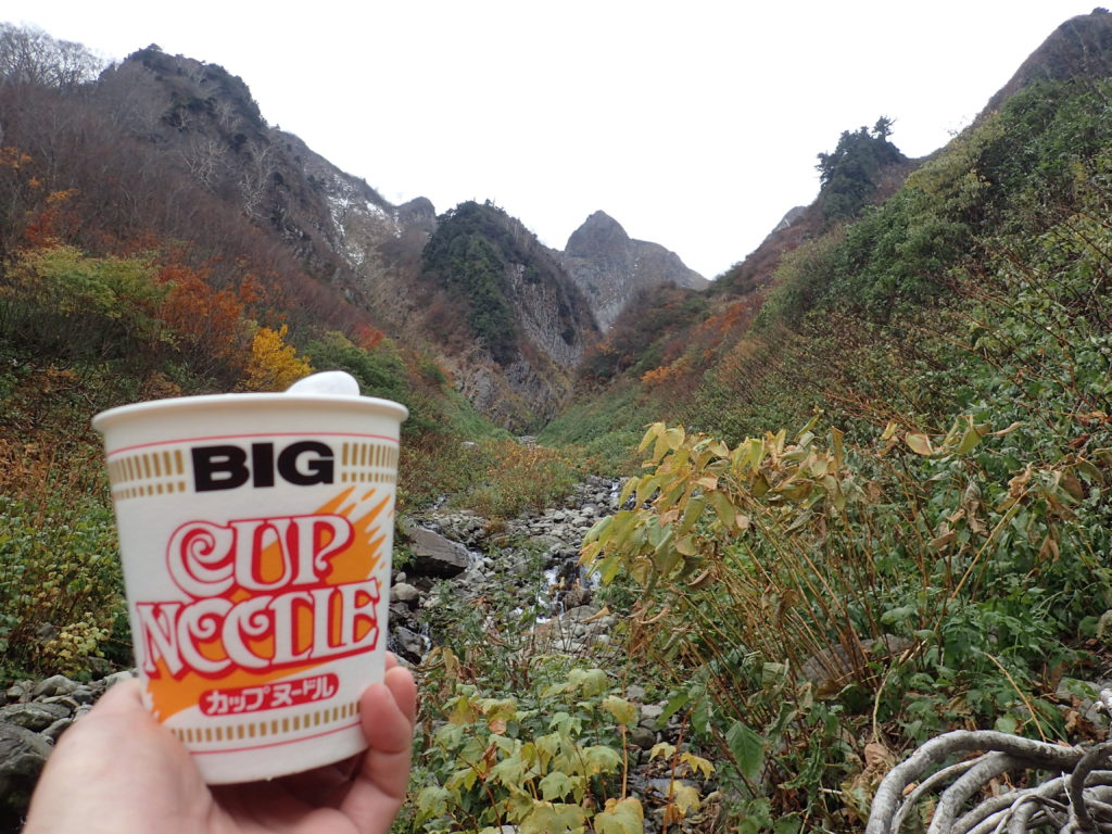 雨飾山で布団菱を見上げながら食べるカップラーメン