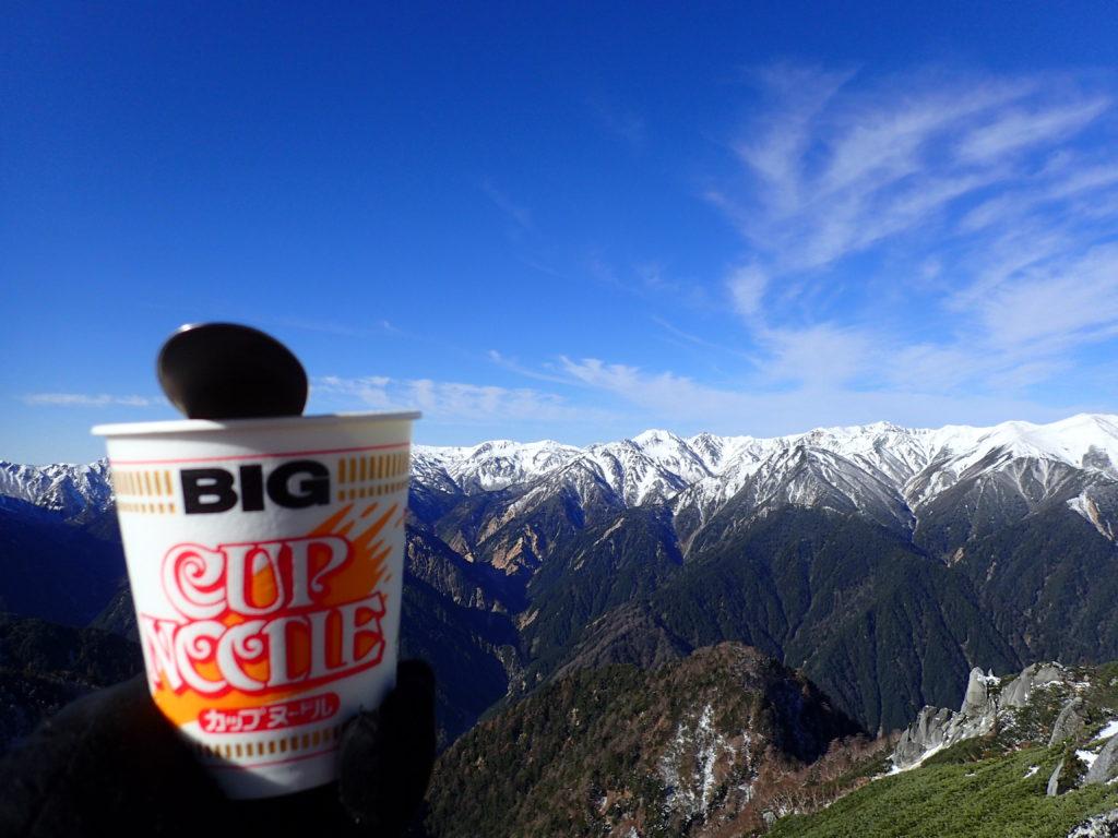 燕岳山頂で北アルプス裏銀座を眺めながら食べるカップラーメン