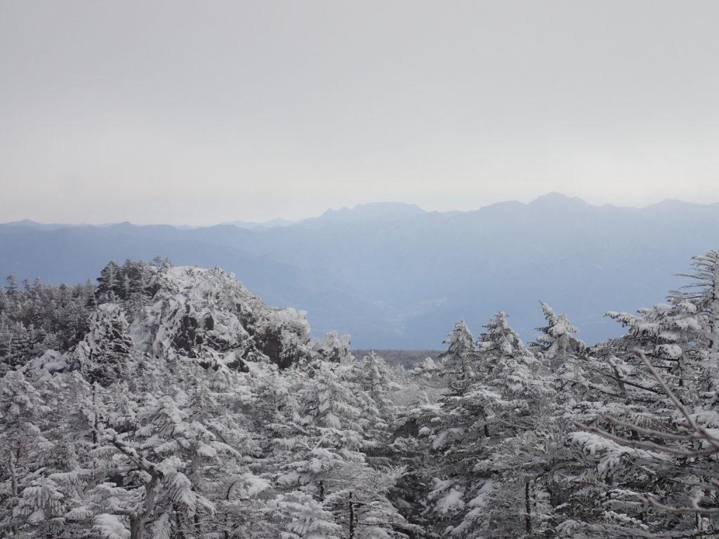 北横岳登山道から見渡す冬の坪庭と縞枯山