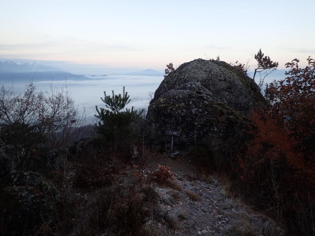 長野県長野市の太郎山登山道にあるこしき岩