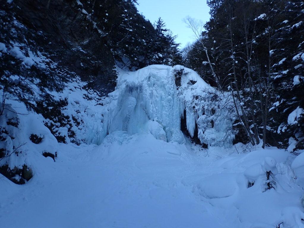 乗鞍高原の凍りついた善五郎の滝