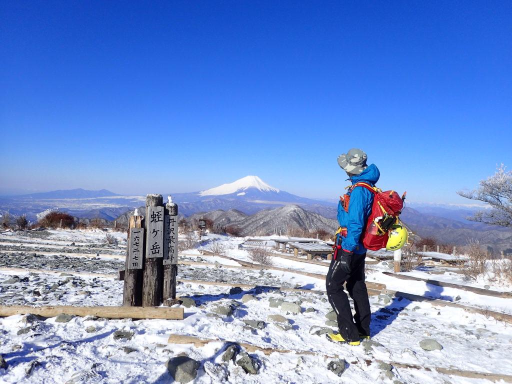 丹沢の蛭ヶ岳山頂でモンベルの登山用レインウェアであるトレントフライヤーを着て記念撮影