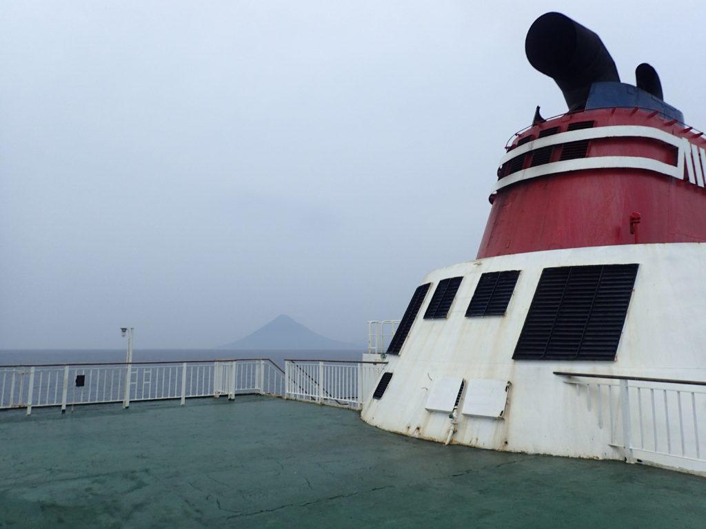 フェリー屋久島の甲板から見た開聞岳