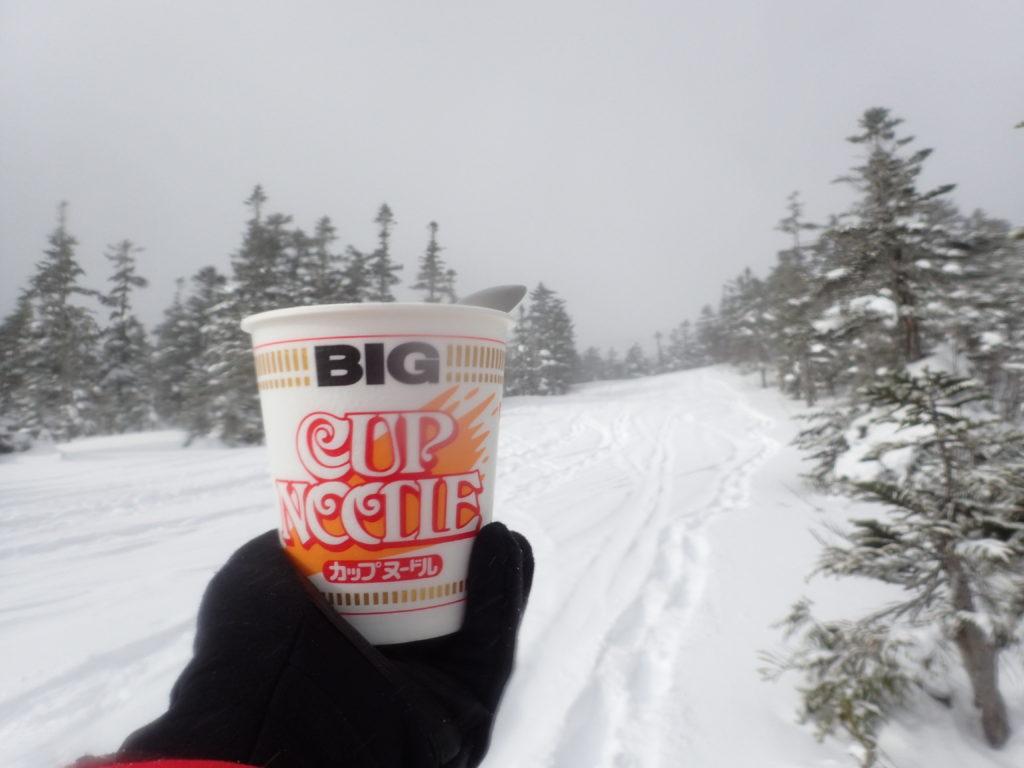 冬の乗鞍岳のバックカントリーツアーコースで食べるカップラーメン