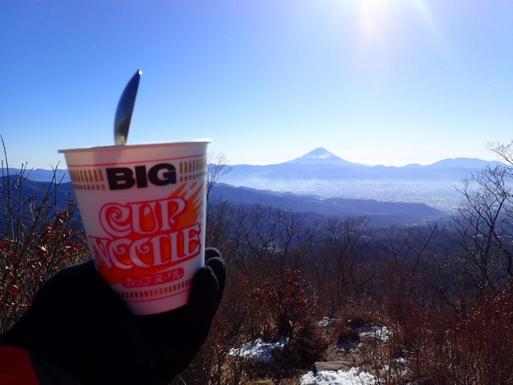 芽ヶ岳の山頂で富士山を眺めながらのカップラーメン