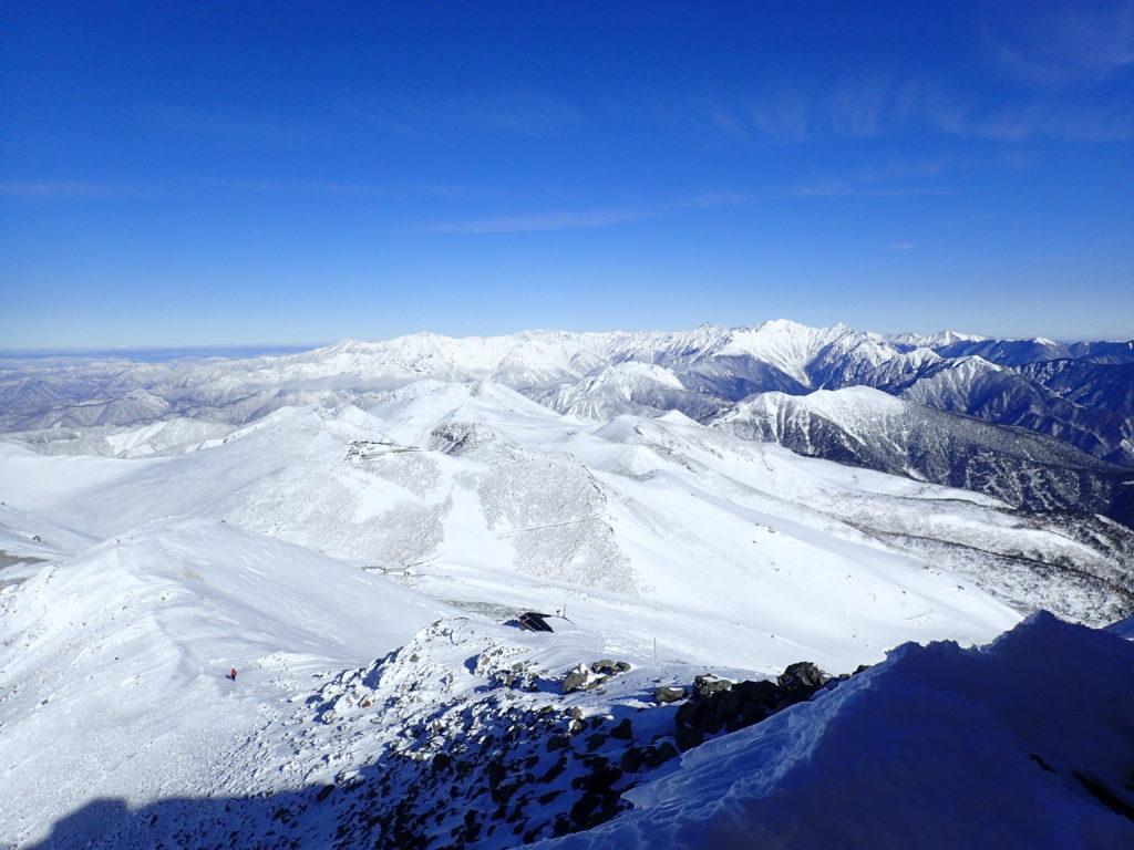 厳冬期の乗鞍岳山頂から見る槍穂高と北アルプス裏銀座の山々