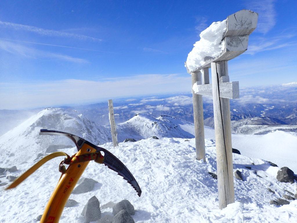 厳冬期の乗鞍岳山頂でピッケル(グリベルのエアーテックエヴォリューション)を入れて記念撮影