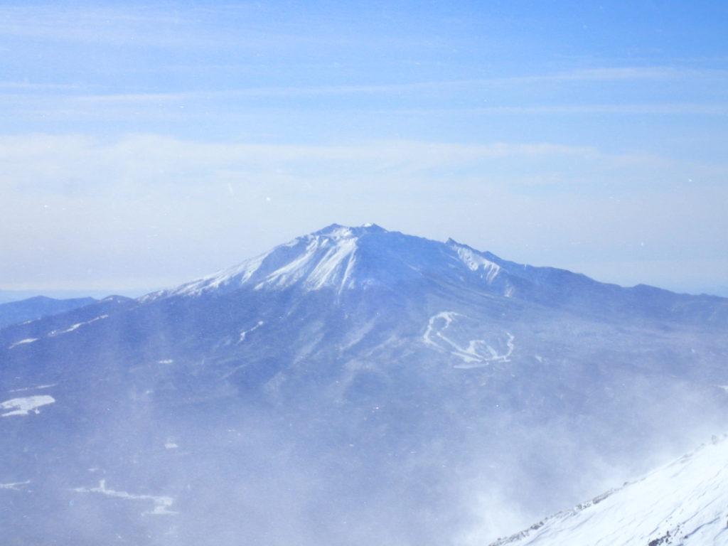 厳冬期の乗鞍岳山頂から見る御嶽山