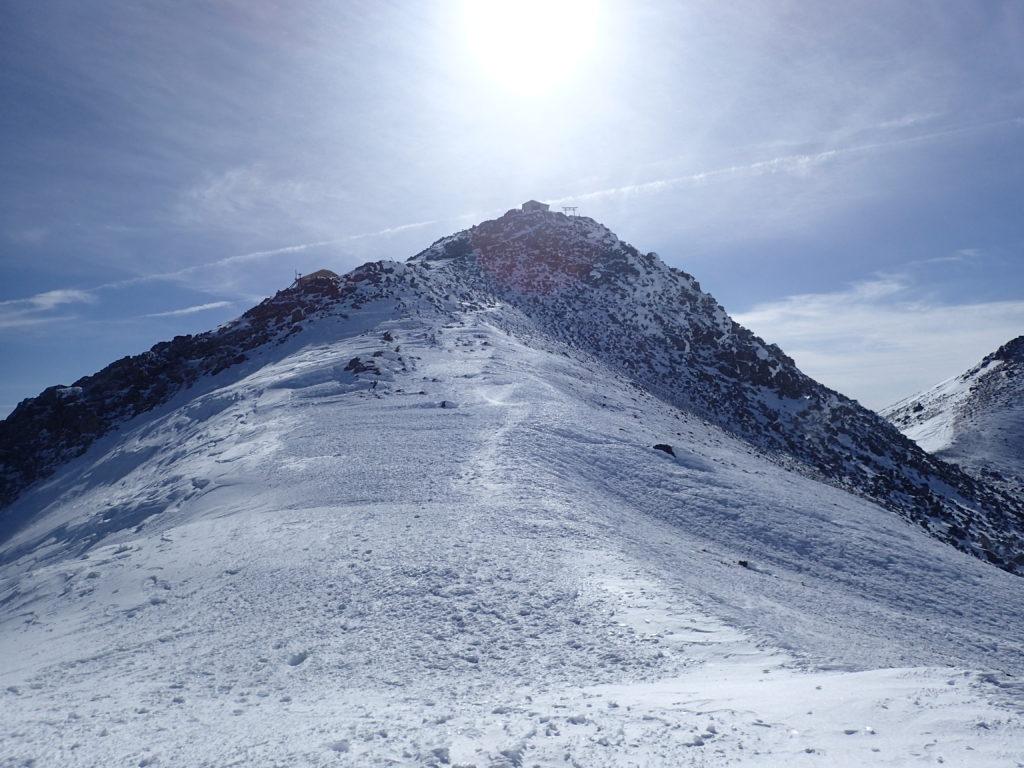厳冬期の乗鞍岳稜線(蚕玉岳側から見る剣ヶ峰)