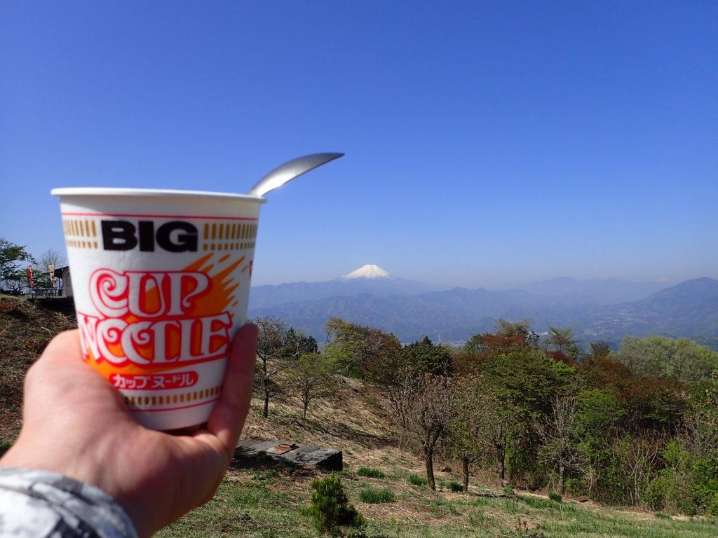 陣馬山から富士山を眺めながらのカップラーメン