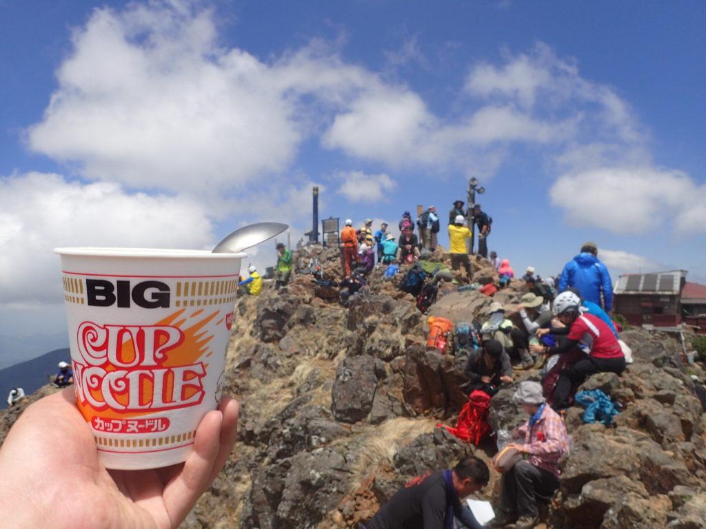 八ヶ岳の赤岳山頂でカップラーメン