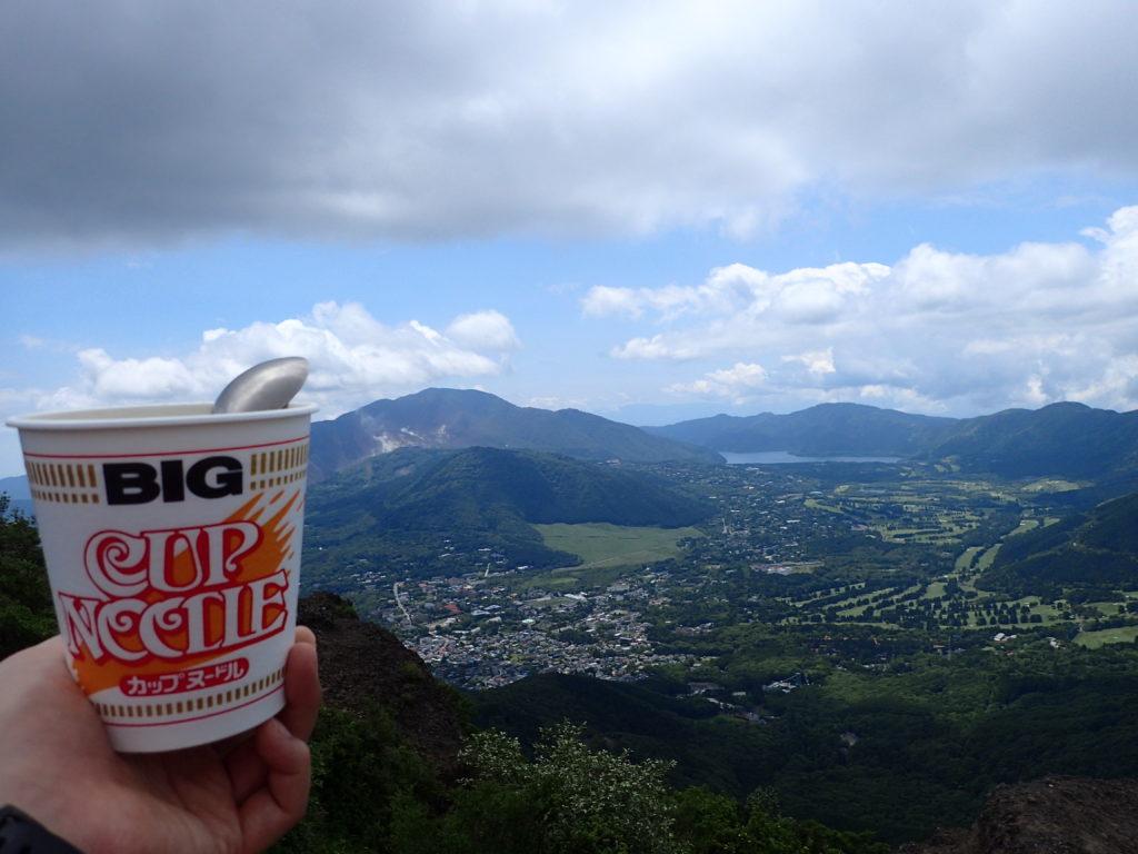 金時山から芦ノ湖と大涌谷を眺めながらのカップラーメン