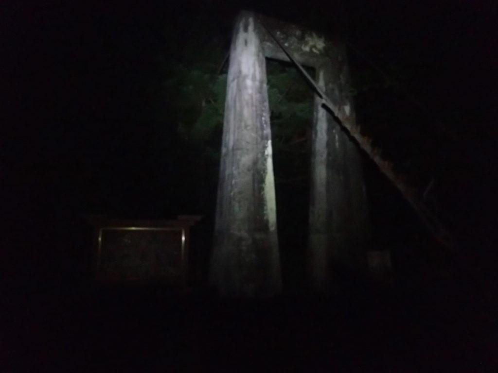 暗闇の甲斐駒ヶ岳黒戸尾根ルートをブラックダイヤモンドの登山用ヘッドライトであるストームの灯りで歩を進める。