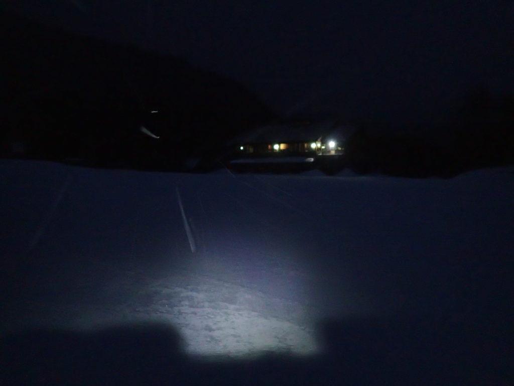 暗闇のmt乗鞍スノーリゾートのゲレンデをブラックダイヤモンドの登山用ヘッドライトであるストームの灯りで乗鞍岳山頂を目指す