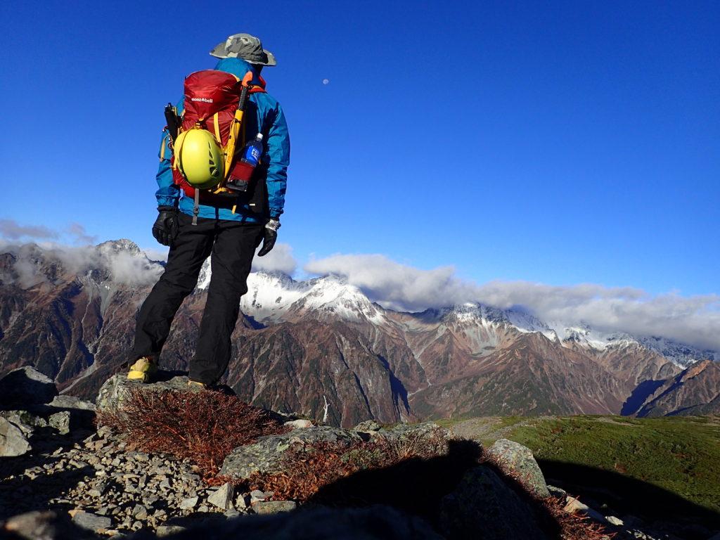 蝶ヶ岳の稜線でモンベルの登山用ザックであるバーサライトパックを背負って記念撮影