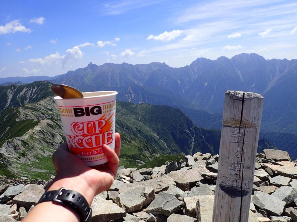 笠ヶ岳山頂で槍ヶ岳~穂高岳の稜線を眺めながらのカップラーメン