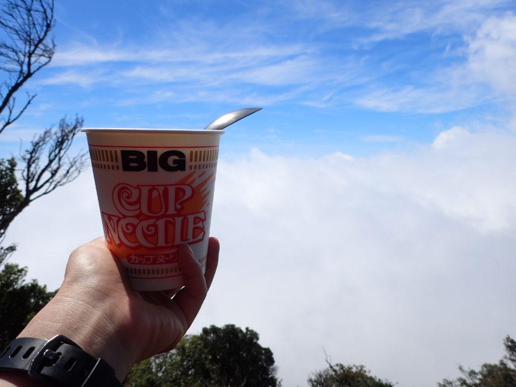 天城山の万三郎岳で雲の上で食べるカップラーメン