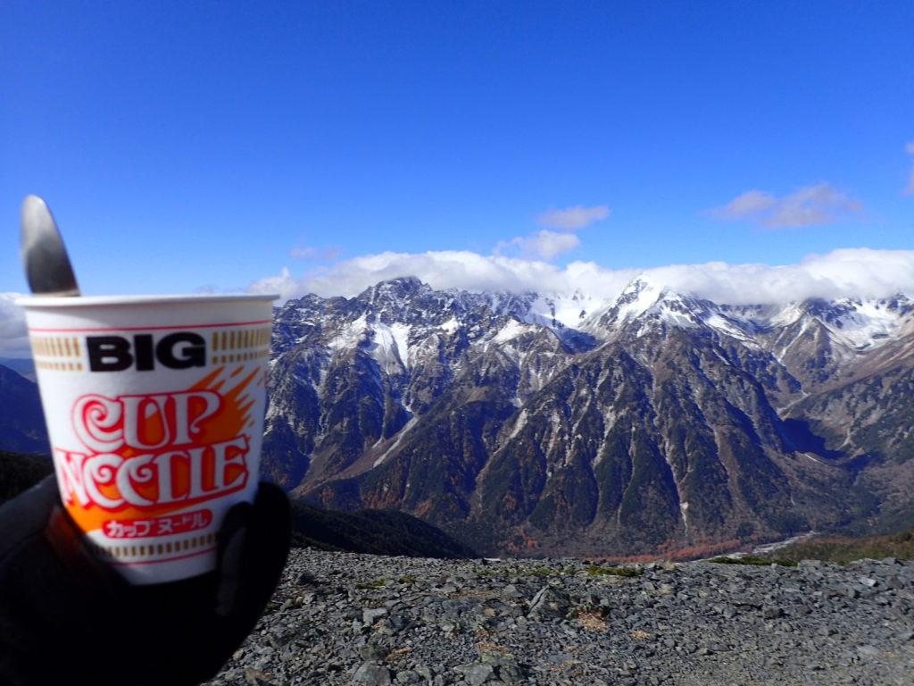 蝶ヶ岳から槍ヶ岳・穂高岳の稜線を眺めながらのカップヌードル
