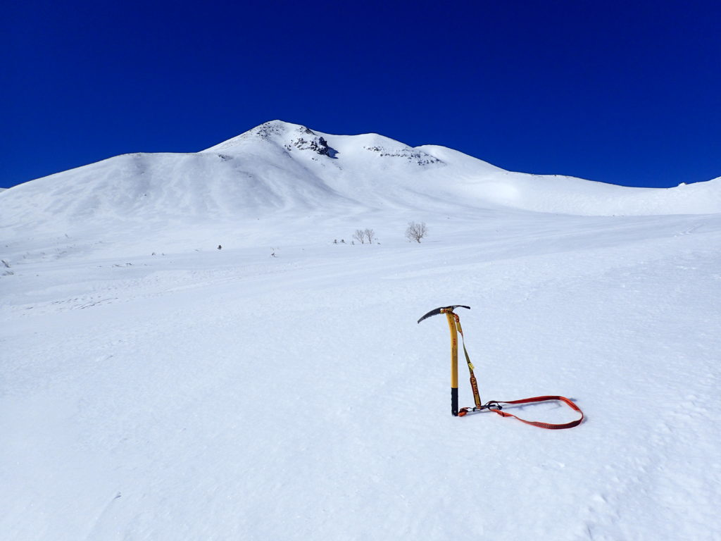 厳冬期の乗鞍岳でグリベルのピッケルであるエアーテックエヴォリューションの記念撮影
