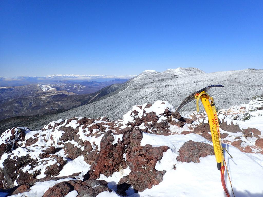 冬の北八ヶ岳の茶臼山山頂でグリベルのピッケルであるエアーテックエヴォリューションの記念撮影