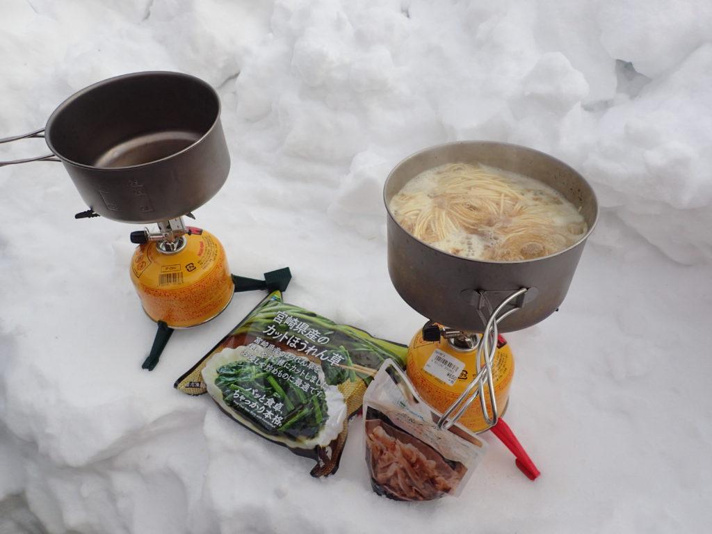 冬の八ヶ岳赤岳鉱泉でイワタニプリムスの登山用ガスバーナーであるP153ウルトラバーナーとEPIの登山用チタンクッカーでラーメンを料理